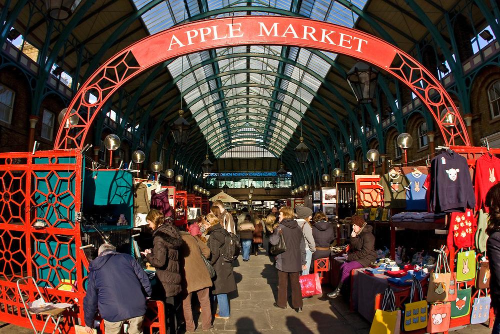 Londyn 2009-09-05<br /> . Covent Garden Market, stary targ warzywny przekształcony w pasaże ze sklepami i barami.