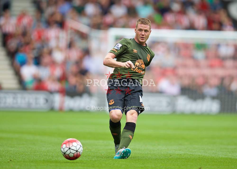 SOUTHAMPTON, ENGLAND - Saturday, August 15, 2015: Everton's James McCarthy in action against Southampton during the FA Premier League match at St Mary's Stadium. (Pic by David Rawcliffe/Propaganda)