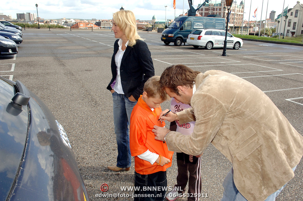 NLD/Noordwijk/20060829 - Nederlands Elftal komt bijeen voor de wedstrijd tegen Luxemburg, Henk Timmer signeert een shirt van een jonge fan