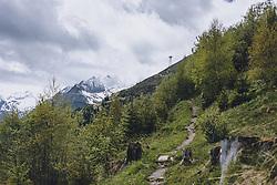THEMENBILD - ein Wanderweg am Maiskogel mit Blick auf das mit Wolken verhangene Kitzsteinhorn, aufgenommen am 24. Mai 2020 in Kaprun, Oesterreich // a hiking trail on the Maiskogel with a view of the cloud-covered Kitzsteinhorn in Kaprun, Austria on 2020/05/24. EXPA Pictures © 2020, PhotoCredit: EXPA/Stefanie Oberhauser