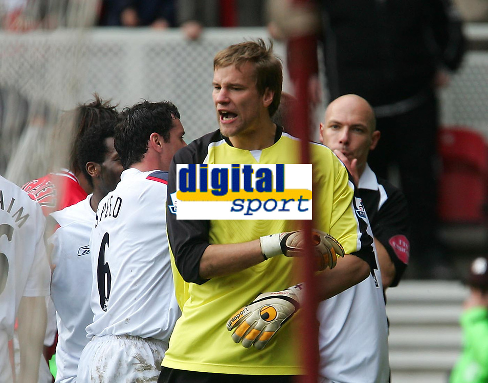 Photo: Andrew Unwin.<br /> Middlesbrough v Bolton Wanderers. The Barclays Premiership. 26/03/2006.<br /> Bolton's goalkeeper, Jussi Jaaskelainen (C), appeals against a decision made by the referee, Howard Webb (R).