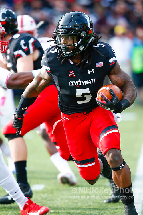 CINCINNATI, OH - OCTOBER 21: Mike Boone #5 of the Cincinnati Bearcats runs the ball during the game against the Southern Methodist Mustangs at Nippert Stadium on October 21, 2017 in Cincinnati, Ohio. (Photo by Michael Hickey/Getty Images) *** Local Caption *** Mike Boone