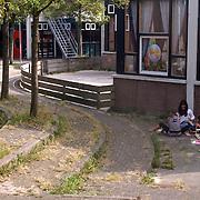 NLD/Huizen/20070823 - Verpaupering van winkecentrum Holleblok Huizen, onkruid en bladerende verf op de gebouwen