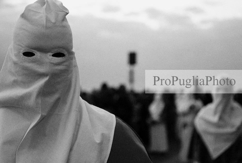 Reportage sulla processione del venerdi santo a Gallipoli...i confratelli sfilano in processione tra la folla