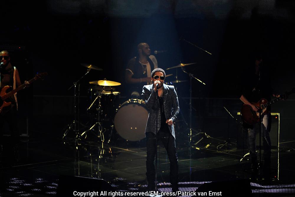 Lenny Kravitz treedt op in de eerste liveshow van  The Voice of Holland