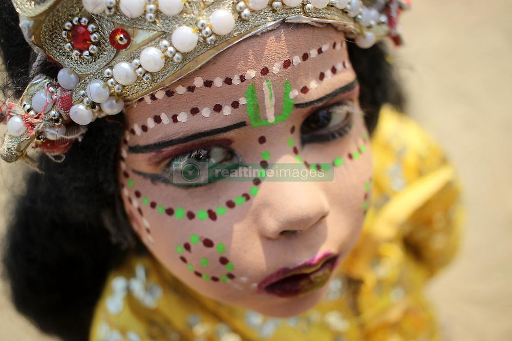 November 20, 2018 - Allahabad, Uttar Pradesh, India - A little child paint their face and begging on street at Sangam, Allahabad (Credit Image: © Shasi Sharma/Pacific Press via ZUMA Wire)