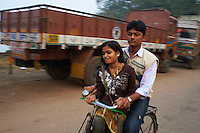 Inde, Bengale-Occidental, Kolkata, Calcutta, amoureux en velo // India, West Bengal, Kolkata, Calcutta, lovers on bicycle