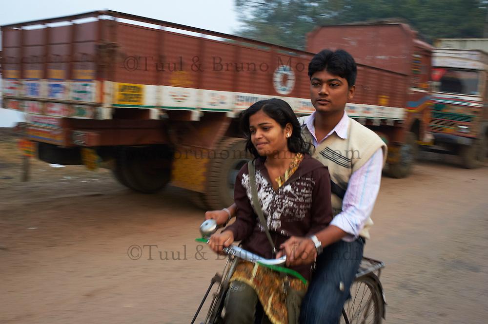 Inde, Bengale-Occidental, Kolkata, Calcutta, amoureux en velo // India, West Bengal, Kolkata, Calcutta, lovers on bicycle