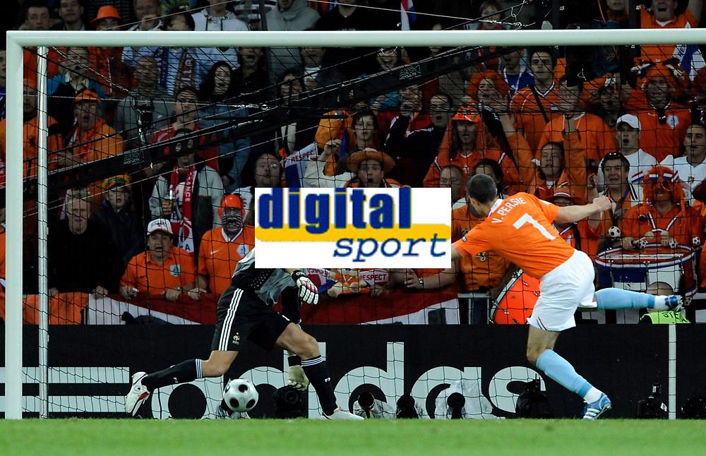 Robin van Persie (NED) trifft gegen Gregory Coupet (FRA) das Tor zum 2:0.  © Manu Friederich/EQ Images