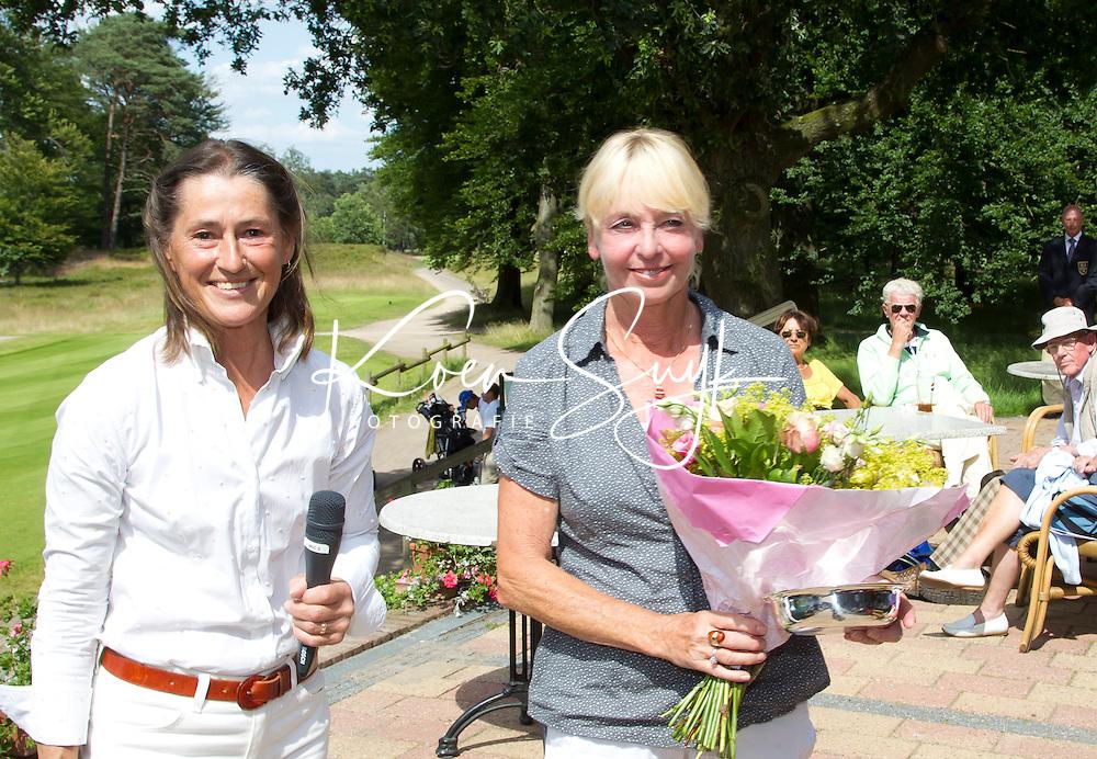 ARNHEM - Op de golfbaan de Rosendaelsche in Arnhem hebben Bart Nolte en Tita McCart het Internationaal Senioren Strokeplay Kampioenschap gewonnen. Marie-Jose Groenewoud (foto) eindigt als tweede . links Liesbeth Leeflang. FOTO KOEN SUYK