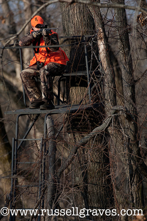 HUNTER SHOOTING FROM A LADDER STAND