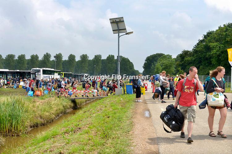 Nederland, Ewijk, 24-6-2016Vanmiddag begon het festival Down the Rabbit Hole , dtrh . De organisatie had veel moeite gedaan de water en de modderoverlast, veroorzaakt door de hoosbuien van afgelopen week, tot een minimum te beperken . De band Fresku beet het spits af .Foto: Flip Franssen