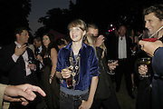 Edie Campbell and tim Noble, The Summer Party sponsored by Yves St. Laurent. Serpentine Gallery. 11 July 2006. . ONE TIME USE ONLY - DO NOT ARCHIVE  © Copyright Photograph by Dafydd Jones 66 Stockwell Park Rd. London SW9 0DA Tel 020 7733 0108 www.dafjones.com