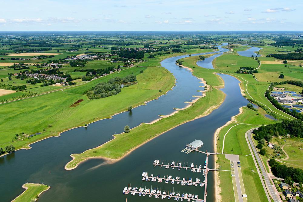 Nederland, Overijssel, Gemeente Deventer, 17-07-2017; Zandweerdplas met Roei- & Zeilvereniging Daventria. In het kader van het Programma Ruimte voor de Rivier is er in de Keizers- en Stobbenwaarden een hoogwatergeul aangelegd.<br /> View on the west bank of river IJssel (north of Deventer. The floodplains with the new flood channel.<br /> luchtfoto (toeslag op standard tarieven);<br /> aerial photo (additional fee required);<br /> copyright foto/photo Siebe Swart