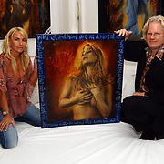 Expositie opening Naakten in de Supperclub van Ronald Schmets, Ellemiek Vermolen, haar schilderij en schilder Ronald Schmets