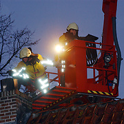 Schoorsteenbrand E.Ludenstraat Huizen, ladderwagen, rammeneur, dak, regen,