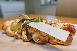 THEMENBILD - ein Osterzopf mit Hagelzucker liegt auf einem Holztisch. Mit Satinschleife und Geschenksanhänger ist es ein schönes selbstgemachtes Geschenk zu Ostern, aufgenommen am 10. April 2020, Oesterreich // an Easter plait with hail sugar lies on a wooden table. With a satin bow and a gift tag it is a nice self-made gift for Easter, Austria on 2020/04/10. EXPA Pictures © 2020, PhotoCredit: EXPA/Stefanie Oberhauser
