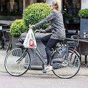 NLD/Amsterdam/20150615 - Chantal Janzen op de fiets door Amsterdam,