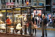 Turkije, Istanbul, 4-6-2011In de wijk Akseray wachten mensen op de tram.Foto: Flip Franssen