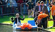 KONINGINNEDAG 2009 in Apeldoorn / Queensday 2009 in the city of Apeldoorn.<br /> <br /> Op de foto / On the Photo:<br />  Prince Willem-Alexander, mr. Pieter van Vollenhoven , Prince Floris and princes Maxima in a boat