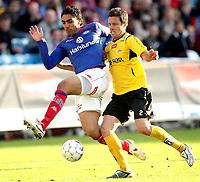 Fotball<br /> Tippeligaen<br /> Ullevål Stadion<br /> 03.05.2009<br /> Vålerenga - Start<br />  Mohammed Abdelloue Moa i duell med Hunter Freeman<br /> Foto: Eirik Førde