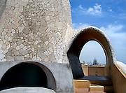 Spanje, Barcelona, 27-5-2007..Doorkijk vanaf het dak van Casa Mila, La Pedrera, een huis naar een ontwerp van Antonio Gaudi aan de Passeig de Gracia. In de verte de bouw van de kerk Sagrada Familia...Foto: Flip Franssen