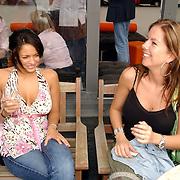 NLD/Bloemenaal/20050601 - Haringparty Showtime Noordzee FM, Fajah Lourens en Weekend journaliste Monica van de Marel
