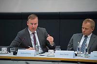 DEU, Deutschland, Germany, Berlin, 08.10.2018: Deutscher Bundestag, Fachkongress der FDP-Fraktion zum Mobilfunkausbau, Matthias Büning (L), Vertreter der EWE-TEL GmbH, Mario Rehse (R), Head of Public Affairs United Internet AG.