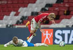 Arnór Sigurdsson (Island) og Daniel Wass (Danmark) under kampen i Nations League mellem Danmark og Island den 15. november 2020 i Parken, København (Foto: Claus Birch).