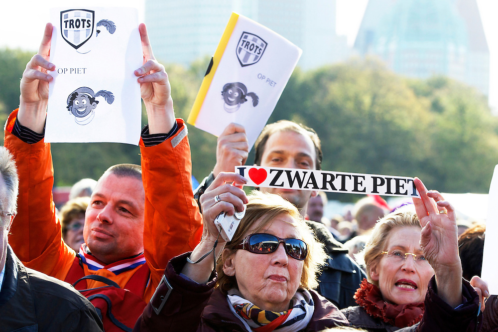 26-10-2013. Ongeveer 500 mensen demonstreren op het  Malieveld in Den Haag voor het behoud van Zwarte Piet en tegen de Verenigde Naties, dat onderzoek doet naar de vraag of Zwarte Piet racistisch. De 62 jarige Tilly Kaisiëpo (L) was naar de demonstratie gekomen om steun te betuigen én aandacht te vragen voor haar zaak: het schenden van de mensenrechten in West-Papoea. Zwarte Piet-sympatisanten denken dat zij tegen Zwarte Piet demonstreert en sluiten haar in, schelden haar uit, roepen dat ze moet 'oprotten naar haar eigen land' en proberen haar vlag af te pakken en in brand te steken.