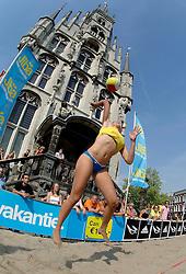 18-06-2006 VOLLEYBAL: CITY BEACH TOUR: GOUDA<br /> De finales van de City Beach! Tour stond dit weekend op de markt van Gouda / Marloes Wesselink<br /> ©2006-WWW.FOTOHOOGENDOORN.NL