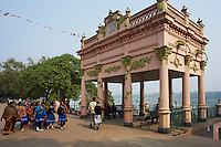 Inde, Bengale-Occidental, Chandernagor (Chandannagar), etait un des 5 etablissements Francais de l Inde devenu independant en 1950, Kiosque bati en 1921 par Mr Roquitte, riviere Hooghly // India, West Bengal, Hooghly river, part of Ganges river, city of Chandernagor (Chandannagar), former French colony, Kiosk built on 1921 by Mr Roquitte, Hooghly river