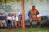 Mongolie, province de Arkhangai, Bulgan, la fete du Naadam, enfant avec un lutteur // Mongolia, Arkhangai province, Bulgan, the Naadam festival, children with a wrestler