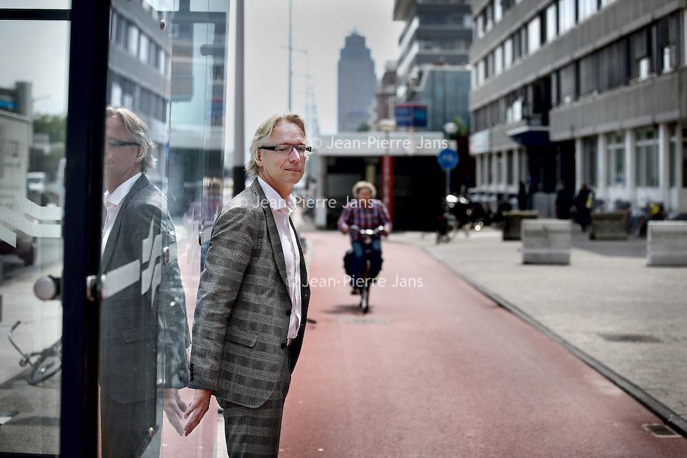 Nederland, Amsterdam , 21 juli 2011..Jos van Eldonk van Soeters van Eldonk Architecten bij 1 van de knelpunten op de Wibautstraat..Het fietspad lijkt als het ware door te lopen in de metrohalte..Foto:Jean-Pierre Jans