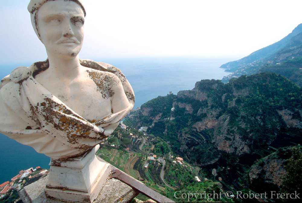ITALY, AMALFI COAST Ravello, Villa Cimbrone, privately owned villa with exotic gardens and panoramic views of the coastline