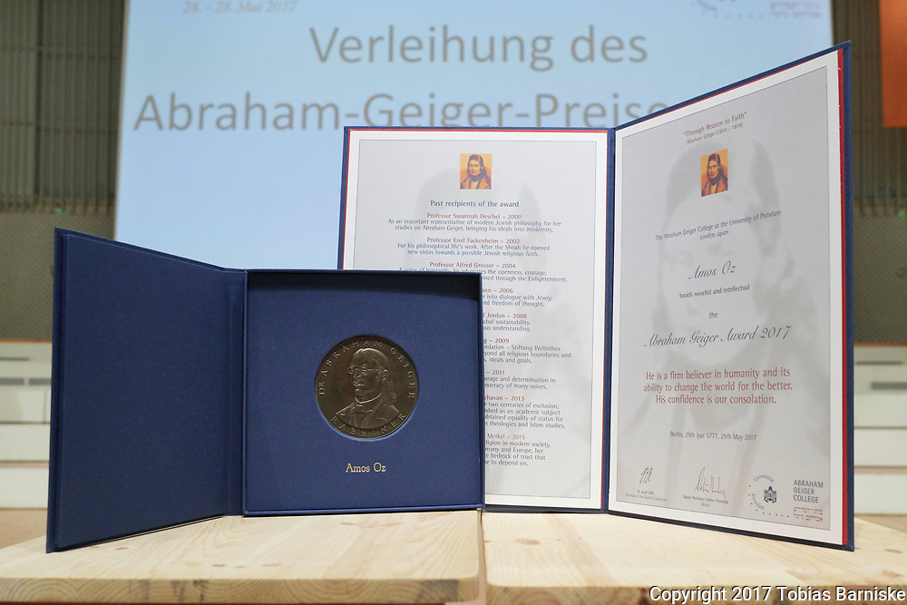 At the Deutsche Evangelische Kirchentag, the Israeli writer Amos Oz was awarded with the Abraham Geiger Prize 2017. The medal and its case is on the left, the certificate is on the right.