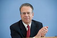 12 APR 2010, BERLIN/GERMANY:<br /> Frank-Juergen Weise, Vorstandsvorsitzender der Bundesanstalt fuer Arbeit, waehrend einer Pressekonferenz zur Vorstellung der Strukturkommission der Bundeswehr, Bundespressekonferenz<br /> IMAGE: 20100412-01-010<br /> KEYWORDS: Frank-Jürgen Weise, freundlich