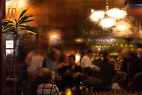 Fenster einer dampfenden Bar, Den Haag, Niederlande // The inside of a busy Irish bar seen through its steamy window pane, The Hague, Netherlands. // L'intérieur d'un bar de La Haye, la capitale des Pays-Bas, vu à travers sa vitrine embuée.