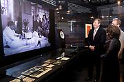 Koning Willem Alexander bij opening Joden en het Huis van Oranje in de Portugese Synagoge en Joods Historisch Museum<br /> <br /> King Willem Alexander at opening Jews and the House of Orange in the Portuguese Synagogue and Jewish Historical Museum<br /> <br /> Op de foto / On the photo: <br /> <br />  rondgang van de Koning op de tentoonstelling in het Joods Historisch Museum  //  tour of the King at the exhibition in the Jewish Historical Museum