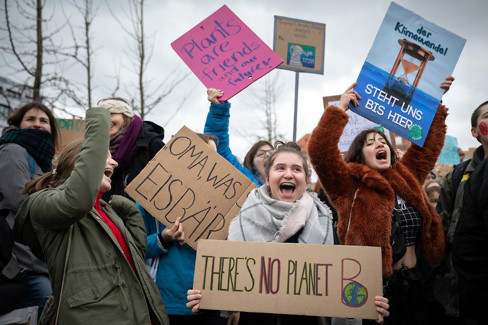 Global Strike For Future: Mehr als 20.000 SchülerInnen und Studierende beteiligen sich in Berlin am internationalen Schulstreik für Klimaschutz mit Protesten in mehr als 1.650 Städten in 105 Ländern. Die Demonstranten fordern, die Ziele des Pariser Klimaabkommens einzuhalten und die Erderwärmung auf 1,5 Grad zu begrenzen. Vorbild für die Streikenden ist die schwedische Schülerin G r e t a  T h u n b e r g, die bereits seit Monaten jeden Freitag vor dem schwedischen Parlament für Klimaschutz protestiert.<br /> <br /> [© Christian Mang - Veroeffentlichung nur gg. Honorar (zzgl. MwSt.), Urhebervermerk und Beleg. Nur für redaktionelle Nutzung - Publication only with licence fee payment, copyright notice and voucher copy. For editorial use only - No model release. No property release. Kontakt: mail@christianmang.com.]