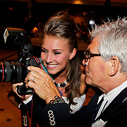 NLD/Noordwijk/20100502 - Gerard Joling 50ste verjaardag, Peter Smulders vraagt de naam van een model