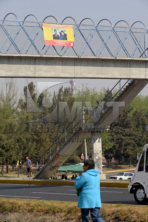 Toluca, México.- En un puente peatonal de la colonia Carlos Hank fue colocada una manta con la fotografía de dos hombres detenidos  presuntamente por el delito de secuestro y hacen un llamado a la población de denunciarlos si fueron victimas de estos sujetos. Agencia MVT / Crisanta Espinosa