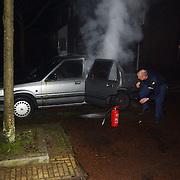 Autobrand Bever Huizen, politie probeert te blussen