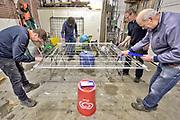 Nederland, Afferden, 16-3-2019In de regio vinden veel activiteiten plaats in het kader van de NLdoet actiedag. Hier schilderen clubleden het verroeste hekwerk  .Foto: Flip Franssen
