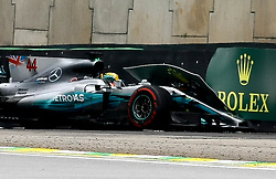 November 11, 2017 - Brazil - SAO PAULO, SP - 11.11.2017: QUALIFYING PARA GP F1 - In the photo the pilot, Lewis Hamilton, team MERCEDES-BENZ, suffers an accident. Classifying training day on Saturday (11), for the Brazilian Formula 1 Grand Prix, which will take place on Sunday (12) at the Jose Carlos Pace racetrack in Interlagos. (Credit Image: © Fotoarena via ZUMA Press)