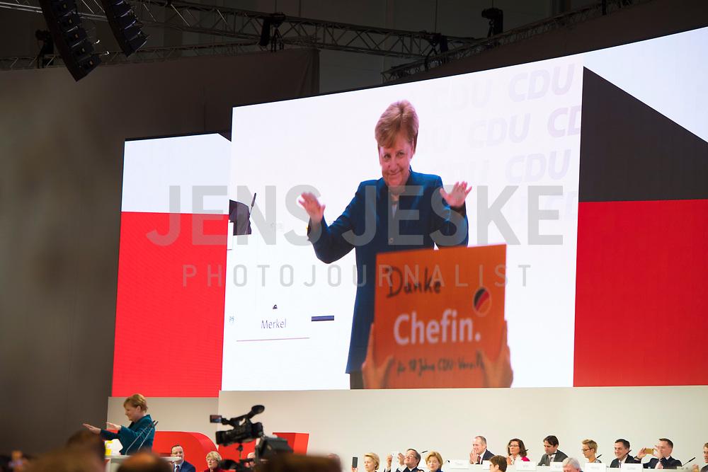 DEU, Deutschland, Germany, Hamburg, 07.12.2018: Bundeskanzlerin Dr. Angela Merkel (CDU) winkt den Delgierten nach ihrer letzten Rede als CDU-Vorsitzende beim Bundesparteitag der CDU in der Messe Hamburg.