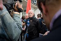07 SEP 2008, WERDER/GERMANY:<br /> Peter Struck (M), SPD Fraktionsvorsitzender, gibt Journalisten ein Statement, nach einer Pressekonferenz  zur Klausurtagung der SPD Parteispitze in deren Verlauf F rank-W alter S teinmeier den Ruecktritt von K urt B eck und seinen Antritt als Kanzlerkandidat zur Bundestagswahl 2009 bekannt gegeben hat, Hotel Seaside Garden Schwielowsee<br /> IMAGE: 20080907-01-083<br /> KEYWORDS: Kamera, Camera, Mikrofon, microphone