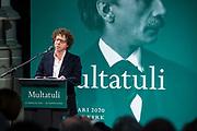 Koning Willem Alexander onthult gedenksteen voor Multatuli - Eduard Douwes Dekker, in de Nieuwe kerk, Amsterdam als onderdeel het Multatuli-jaar<br /> <br /> op de foto: Arnon Grunberg