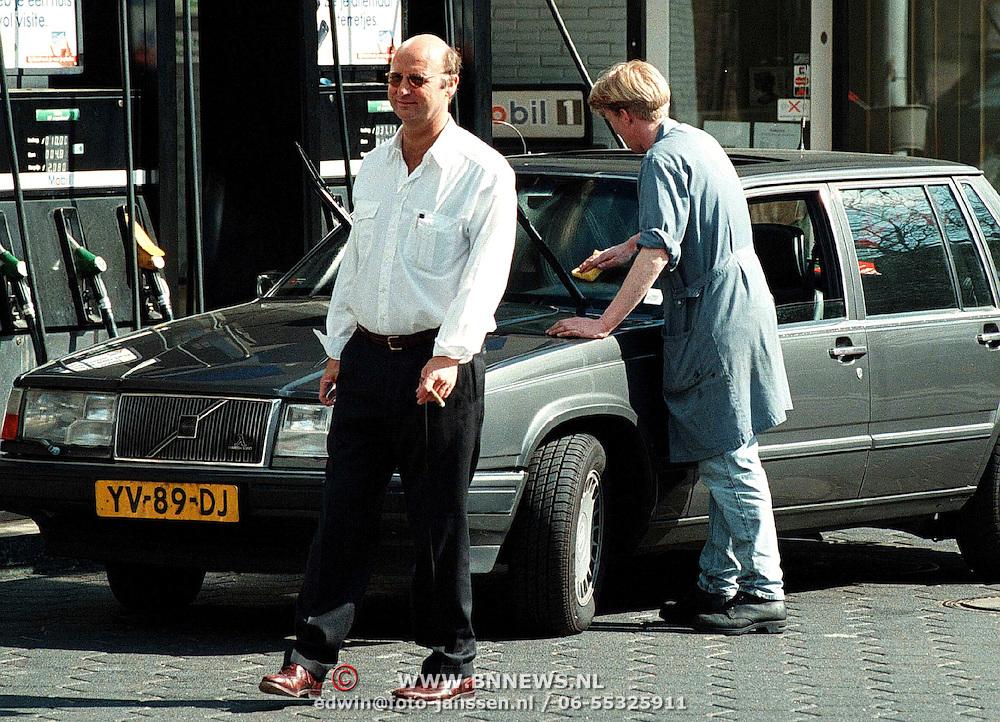 Bert van Aalten de zingende tandarts tankend in Laren