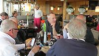 TEXEL - De Cocksdorp ;- NVGJ golfwedstrijd op golfbaan de Texelse. gezelligheid in het clubhuis . Foeke Collet (m) COPYRIGHT KOEN SUYK